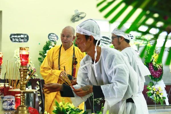 Hình ảnh hiếm hoi của người con trai thứ 2 nhà cố nghệ sĩ Lê Bình, không nói chuyện với ai ngồi bần thần lặng lẽ bên linh cữu cha-1