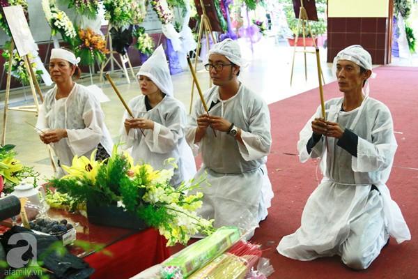 Hình ảnh hiếm hoi của người con trai thứ 2 nhà cố nghệ sĩ Lê Bình, không nói chuyện với ai ngồi bần thần lặng lẽ bên linh cữu cha-3
