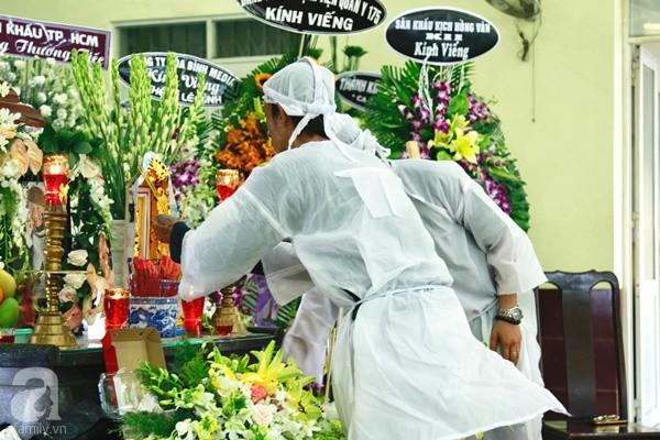 Hình ảnh hiếm hoi của người con trai thứ 2 nhà cố nghệ sĩ Lê Bình, không nói chuyện với ai ngồi bần thần lặng lẽ bên linh cữu cha-6