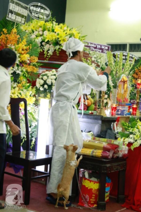 Hình ảnh hiếm hoi của người con trai thứ 2 nhà cố nghệ sĩ Lê Bình, không nói chuyện với ai ngồi bần thần lặng lẽ bên linh cữu cha-4