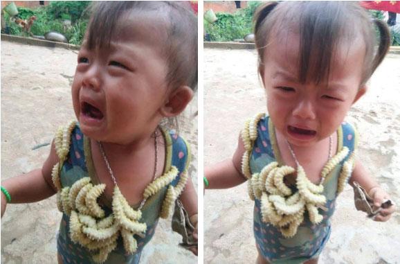Biểu cảm của em bé khi bị lũ tằm bò lên người gây sốt MXH hôm nay, câu chuyện phía sau gây tranh cãi dữ dội-2