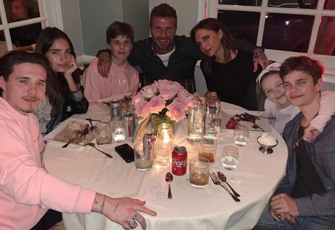 David Beckham đón sinh nhật ngọt ngào bên vợ và bốn con-6