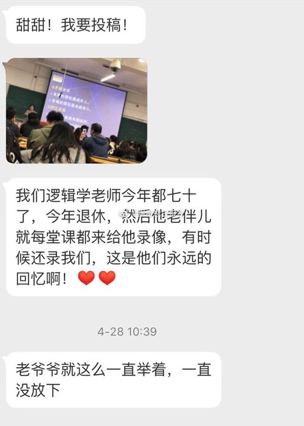 Bức ảnh người đàn ông cầm điện thoại quay phim cô giáo trên giảng đường gây sốt MXH, khi biết câu chuyện đằng sau ai cũng động lòng-1