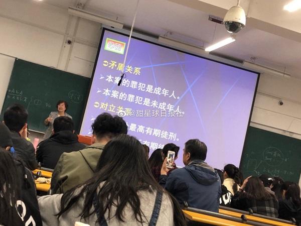 Bức ảnh người đàn ông cầm điện thoại quay phim cô giáo trên giảng đường gây sốt MXH, khi biết câu chuyện đằng sau ai cũng động lòng-2
