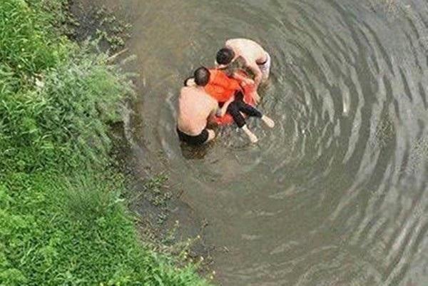 Mâu thuẫn với nhà chồng, người phụ nữ dẫn 2 con nhảy sông tự vẫn và dáng vẻ cuối cùng của đứa trẻ lớn hơn gây xót xa hơn cả-3