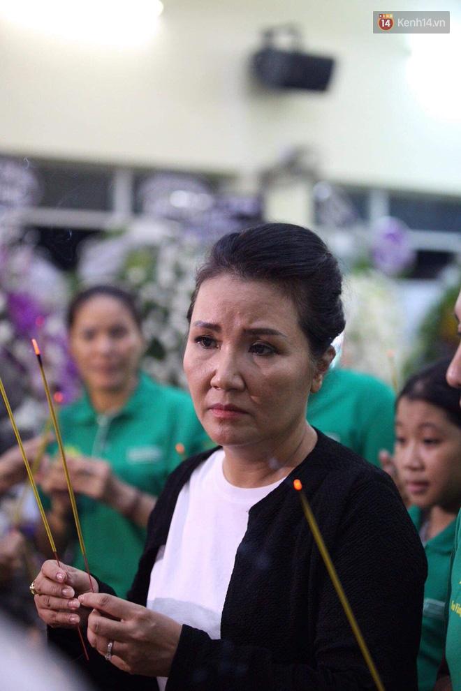 Đêm cuối cùng lễ tang, gia đình cố nghệ sĩ Lê Bình khui thùng phúng điếu quyên góp 100 triệu làm từ thiện-3