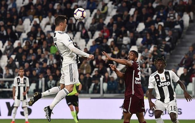 Ronaldo lại vượt Messi về thành tích ghi bàn-1