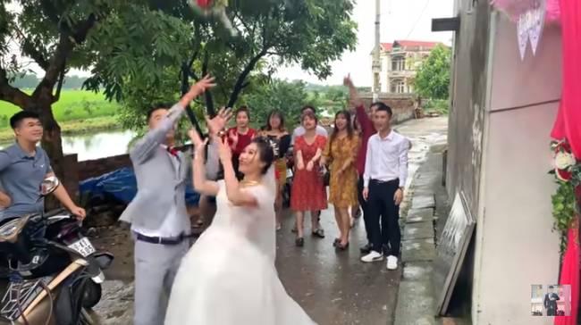 Youtuber Phương Hữu Dưỡng bất ngờ theo vợ bỏ cuộc chơi, Lexus đón dâu, mời cả Chu Bin đến dự, nhưng danh tính cô dâu mới là điều bất ngờ-14