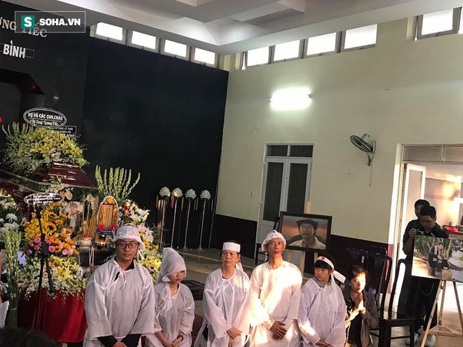 Vợ cũ, con gái, các nghệ sĩ đau đớn đưa tiễn Lê Bình về nơi an nghỉ cuối cùng-2