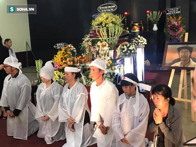 Vợ cũ, con gái, các nghệ sĩ đau đớn đưa tiễn Lê Bình về nơi an nghỉ cuối cùng-3