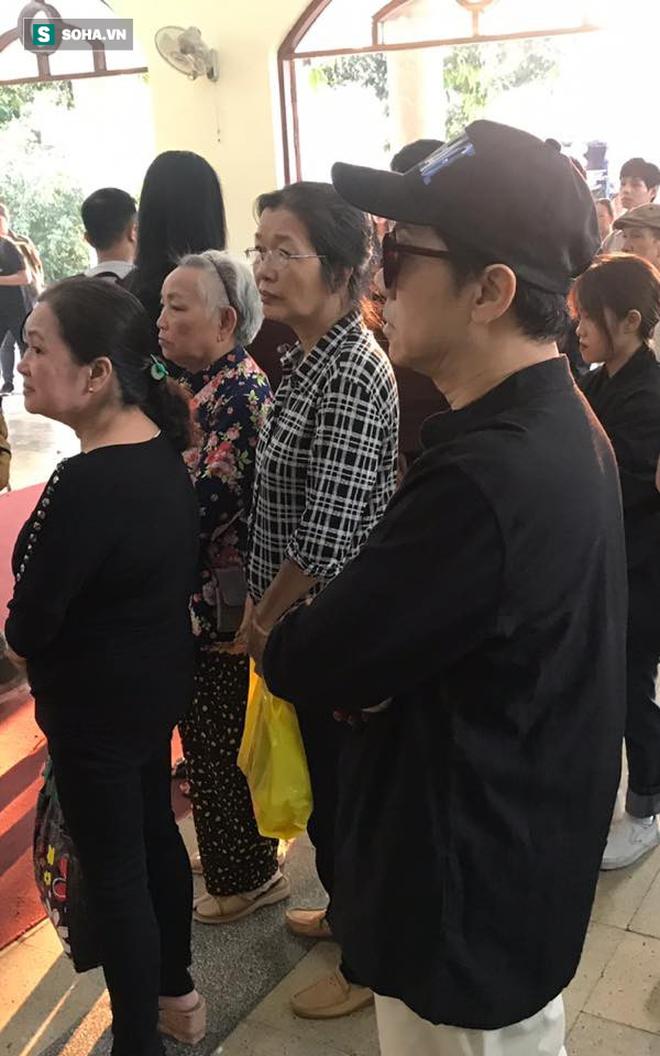 Vợ cũ, con gái, các nghệ sĩ đau đớn đưa tiễn Lê Bình về nơi an nghỉ cuối cùng-9