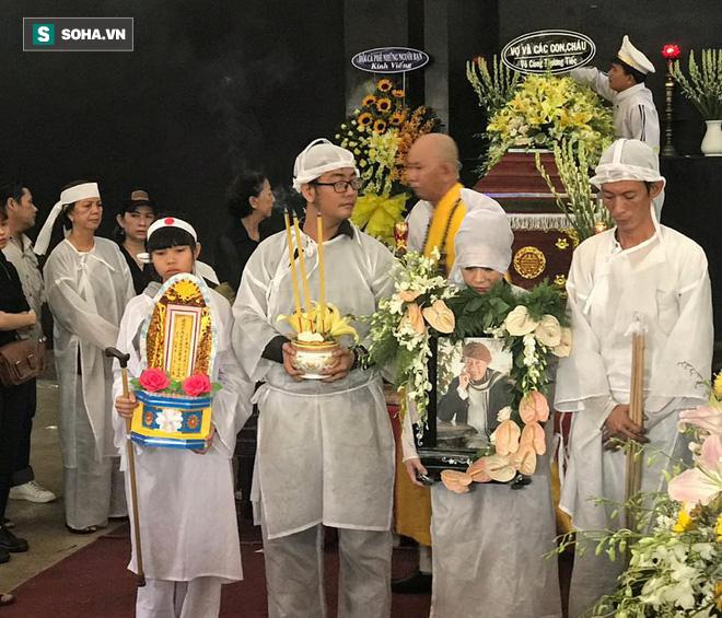 Vợ cũ, con gái, các nghệ sĩ đau đớn đưa tiễn Lê Bình về nơi an nghỉ cuối cùng-11