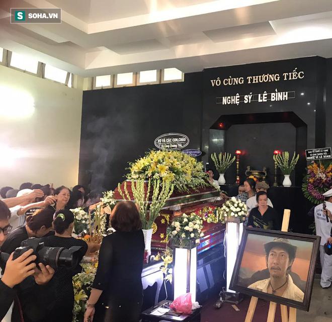 Vợ cũ, con gái, các nghệ sĩ đau đớn đưa tiễn Lê Bình về nơi an nghỉ cuối cùng-5