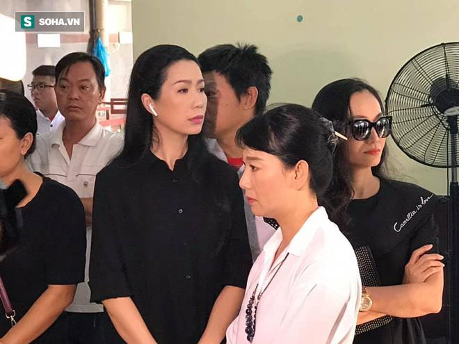 Vợ cũ, con gái, các nghệ sĩ đau đớn đưa tiễn Lê Bình về nơi an nghỉ cuối cùng-8