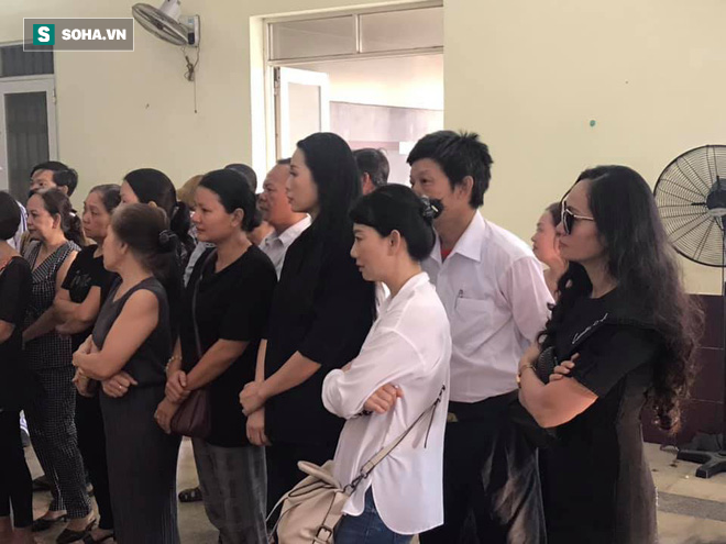 Vợ cũ, con gái, các nghệ sĩ đau đớn đưa tiễn Lê Bình về nơi an nghỉ cuối cùng-10