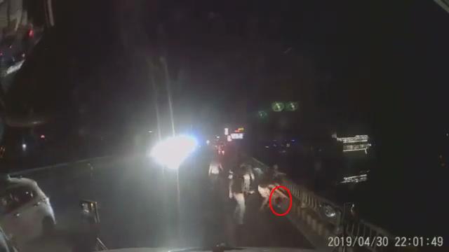 Bấm còi xe xin đường, 2 tài xế container bị nhóm côn đồ đánh bầm dập mặt mũi ở Hà Nam-1