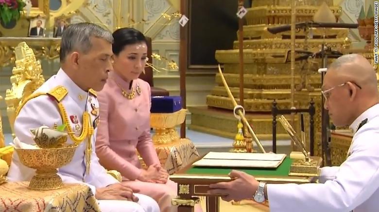 Người dân Thái Lan nô nức đổ về hoàng cung mừng lễ đăng quang của Quốc vương-3