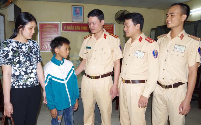 Nhớ mẹ, bé trai đạp xe hơn 100km từ Nam Định lên Hà Nội tìm mẹ-1