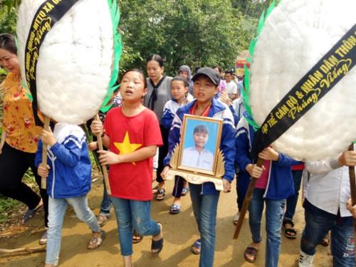 Vụ đâm 6 học trò ở Thanh Hóa: Xóm nghèo đẫm nước mắt tiễn cậu bé xấu số-1