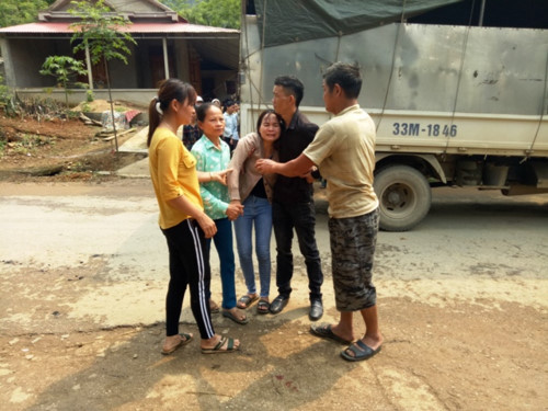Vụ đâm 6 học trò ở Thanh Hóa: Xóm nghèo đẫm nước mắt tiễn cậu bé xấu số-2