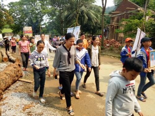 Vụ đâm 6 học trò ở Thanh Hóa: Xóm nghèo đẫm nước mắt tiễn cậu bé xấu số-4