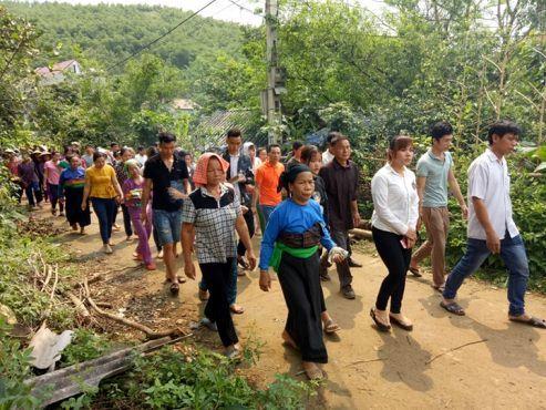 Vụ đâm 6 học trò ở Thanh Hóa: Xóm nghèo đẫm nước mắt tiễn cậu bé xấu số-5