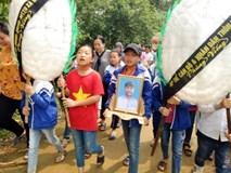 Vụ đâm 6 học trò ở Thanh Hóa: Xóm nghèo đẫm nước mắt tiễn cậu bé xấu số