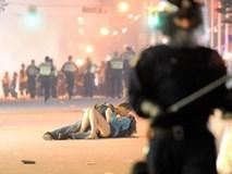 Nổi tiếng với khoảnh khắc lãng mạn giữa bom đạn trong bức ảnh