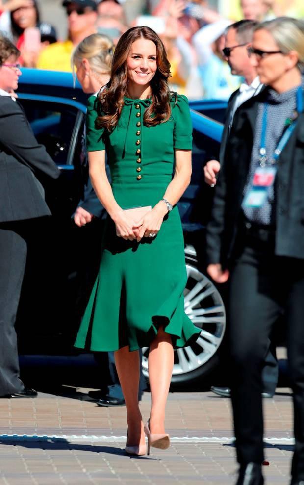 7 chiêu lên đồ đỉnh cao của các người đẹp Hoàng gia: duyên dáng nhất là cao kiến túi che ngực của Công nương Diana-4