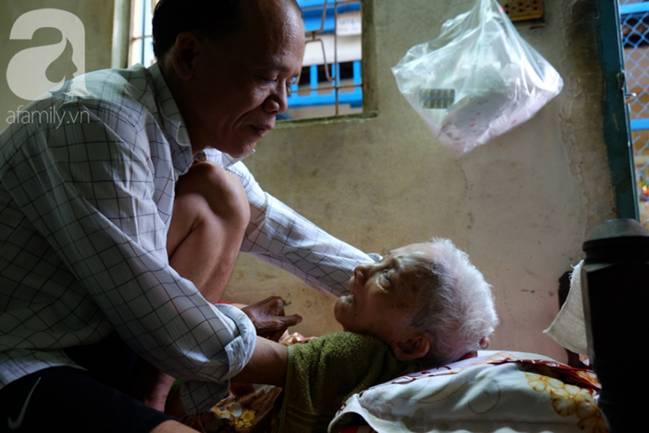 Con trai 51 tuổi chấp nhận không lấy vợ, ở vậy lo cơm nước, tắm giặt cho mẹ già liệt giường suốt 8 năm trời-1