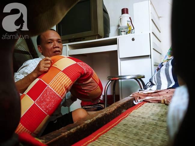 Con trai 51 tuổi chấp nhận không lấy vợ, ở vậy lo cơm nước, tắm giặt cho mẹ già liệt giường suốt 8 năm trời-14