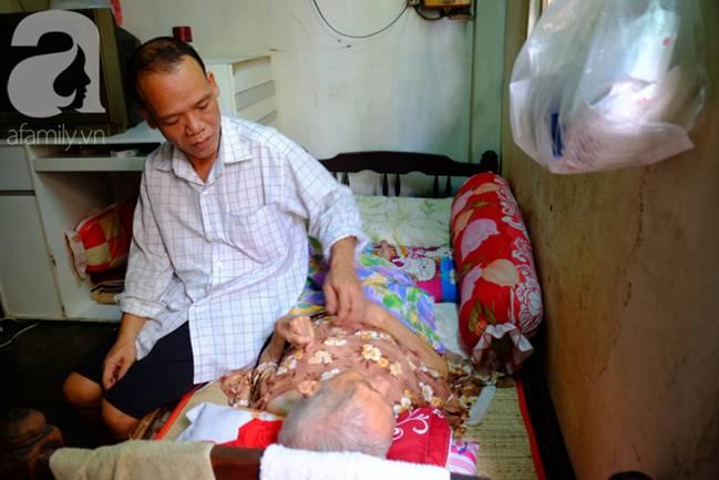 Con trai 51 tuổi chấp nhận không lấy vợ, ở vậy lo cơm nước, tắm giặt cho mẹ già liệt giường suốt 8 năm trời-15