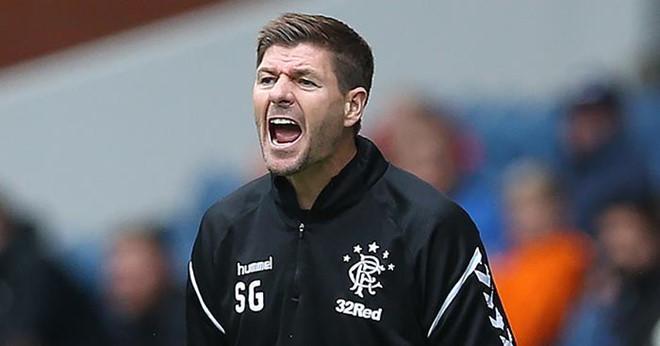 Đạp đối thủ rồi lăn ra ăn vạ, học trò của Gerrard bị đuổi khỏi sân-2
