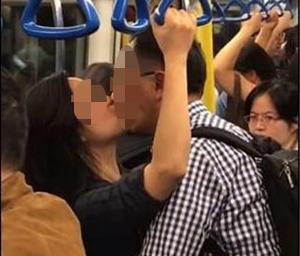 Cặp đôi lớn tuổi hôn hít nơi công cộng, nhiều người đỏ mặt quay đi nhưng phản ứng của người phụ nữ bên cạnh mới gây chú ý-2