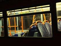 Nghe tiếng rên rỉ khi đi xe buýt, cô gái choáng váng khi nhìn sang người ngồi trước mình