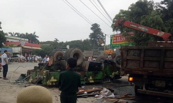 Xe quân sự lật ở Hà Nội, 30 chiến sĩ bị thương-1