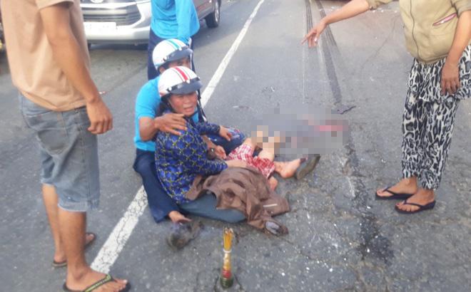 Bé 7 tuổi bị xe khách cán qua người, mẹ ôm thi thể con gào khóc-1