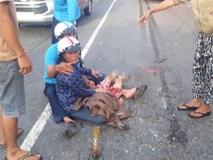 Bé 7 tuổi bị xe khách cán qua người, mẹ ôm thi thể con gào khóc