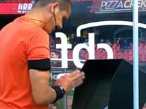Trọng tài cầu nguyện trước màn hình VAR gây sốt mạng xã hội