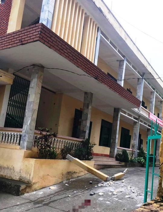 Cột bê tông bất ngờ rơi từ tầng 2 xuống sân trường, 2 học sinh nhập viện cấp cứu-1