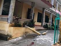 Cột bê tông bất ngờ rơi từ tầng 2 xuống sân trường, 2 học sinh nhập viện cấp cứu