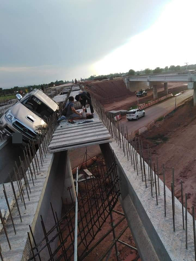 Hiện trường vụ tai nạn ảo nhất ngày: Ô tô bay lên chiếc cầu đang xây-1