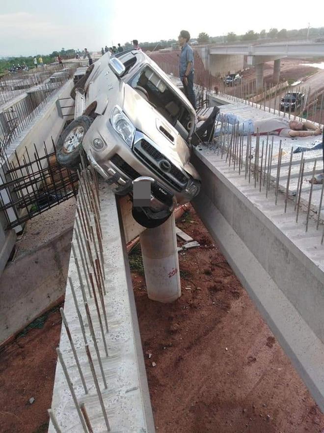 Hiện trường vụ tai nạn ảo nhất ngày: Ô tô bay lên chiếc cầu đang xây-2