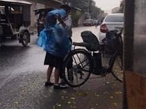 Hành động lãng mạn dưới cơn mưa của bé trai với cô bạn đi cùng khiến tất cả 'tan chảy'