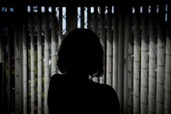 Bà mẹ trốn trong phòng tắm suốt 9 năm vì sợ con trai 12 tuổi đánh đập và lời kêu cứu chữa trị cho tình trạng của đứa trẻ-1