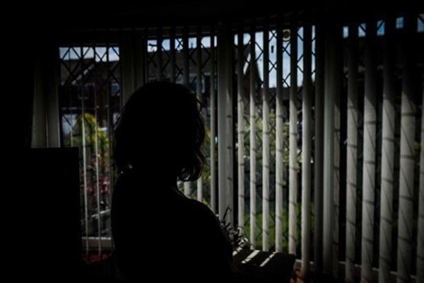 Bà mẹ trốn trong phòng tắm suốt 9 năm vì sợ con trai 12 tuổi đánh đập và lời kêu cứu chữa trị cho tình trạng của đứa trẻ-2