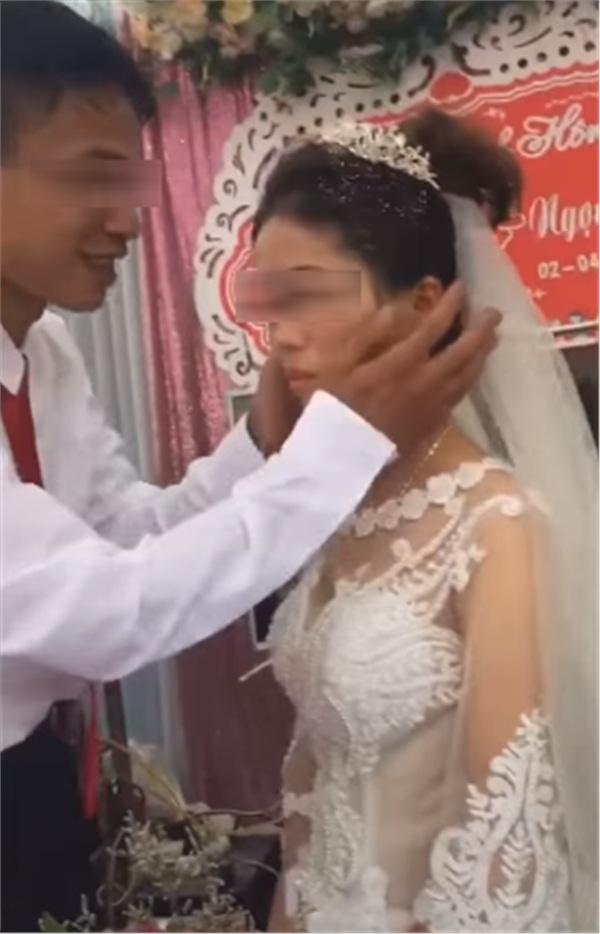 Thái độ 'bánh bao hấp nướccủa cô dâu trong lễ cưới gây tranh cãi: Trả hàng về nơi sản xuất gấp!-1
