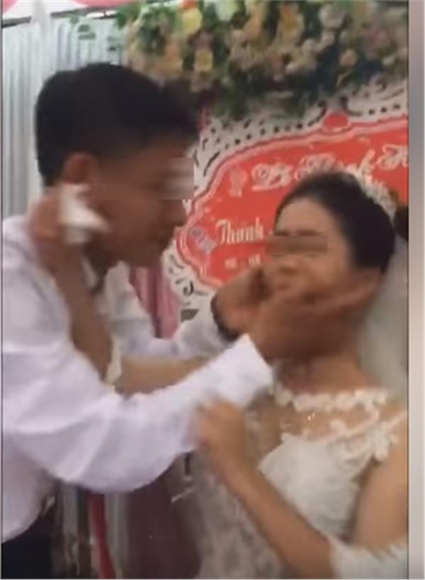 Thái độ 'bánh bao hấp nướccủa cô dâu trong lễ cưới gây tranh cãi: Trả hàng về nơi sản xuất gấp!-2