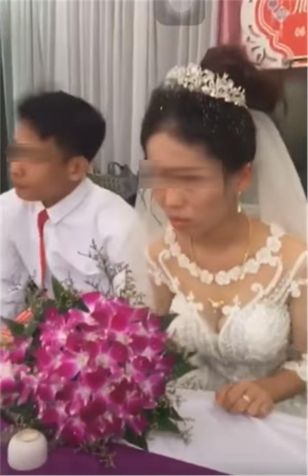 Thái độ 'bánh bao hấp nướccủa cô dâu trong lễ cưới gây tranh cãi: Trả hàng về nơi sản xuất gấp!-6