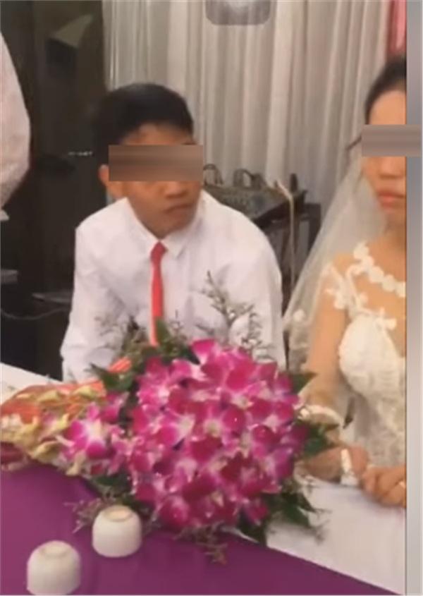 Thái độ 'bánh bao hấp nướccủa cô dâu trong lễ cưới gây tranh cãi: Trả hàng về nơi sản xuất gấp!-7